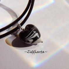 Black White Swirl Heart Herz Necklace Handmade Lampwork Opaque SvartVitt Glass Heart Hjärta Heart Necklace - Handmade by Ziddharta of Sweden