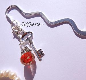 1 Bokmärke: Röd  Ängla-hänge karbinhake & nyckel