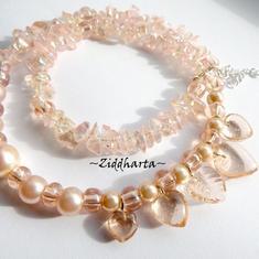 SMYCKEN: Halsband Peach med Glashängen: Hjärtan