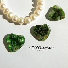 Millefiori glaspärla: Hänge - Grönt Hjärta - Halvborrad #60