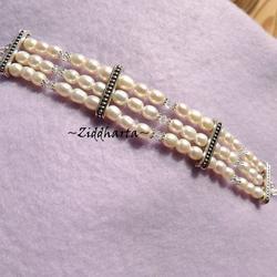 Armband: 3-radigt vita Sötvattenspärlor av hög kvalitet & Swarovkski Kristaller