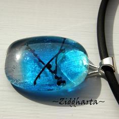 Nr# 64  - A Sign - Glasfusat Hänge på smyckesrem